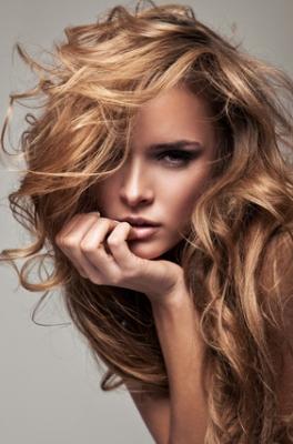 Warkocze Kategoria Włosy Długie Obraz Długie Falowane